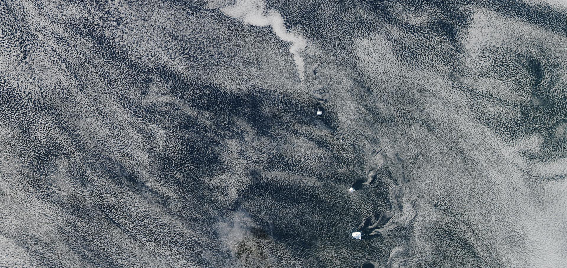 Albedo effect in degassing volcano